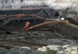 Surface coal mine in Gillette, Campbell County, Wyoming By Greg Goebel from Loveland CO, USA (Yiscm_3b  Uploaded by PDTillman) [CC BY-SA 2.0 (http://creativecommons.org/licenses/by-sa/2.0)], via Wikimedia Commons
