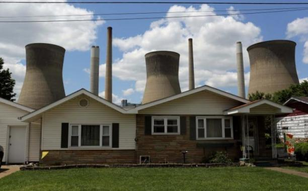 The John Amos coal-fired power plant is seen behind a home in Poca, West Virginia May 18, 2014. Reuters/Robert Galbraith
